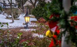 Utomhus- lykta med snö på semesterperioden Royaltyfria Foton