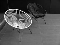 Utomhus- möblemang: svartvita stolar Royaltyfria Foton