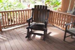 Utomhus- mörk trägungstol i trädgården Royaltyfria Foton