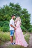 Utomhus- man och gravid kvinna Arkivbilder