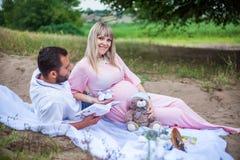 Utomhus- man och gravid kvinna Royaltyfri Bild