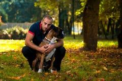 Utomhus- man och hund Arkivbild