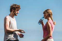 Utomhus- man- och kvinnadricksvatten Fotografering för Bildbyråer