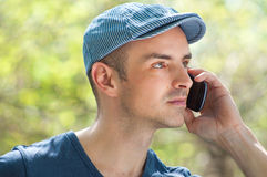 Utomhus- man som kallar genom att använda smartphonen Royaltyfria Foton