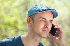 Utomhus- man som kallar genom att använda smartphonen Arkivbilder