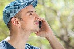 Utomhus- man som kallar genom att använda smartphonen Royaltyfri Bild
