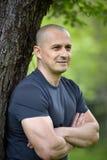 Utomhus- man, stående för selektiv fokus Fotografering för Bildbyråer