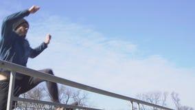 Utomhus- manlig idrottsman nen lager videofilmer