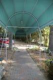 Utomhus- markis över en tegelstengångbana Royaltyfri Foto
