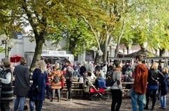 Utomhus- marknad med massor av människor i grupper Royaltyfri Bild