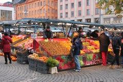 Utomhus- marknad som säljer en variation av produkter, foods och blommor royaltyfria foton