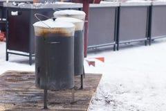 Utomhus- matlagning genom att använda krukor på vintersäsong Arkivbild