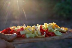 Utomhus- matlagning Huggen av paprika i ett solljus Arkivbilder