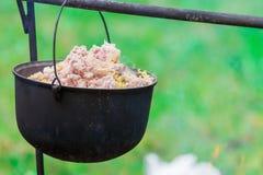 Utomhus- matlagning på en lägereld Arkivfoto