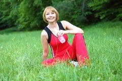 Utomhus- meditation för ung kvinna royaltyfri bild