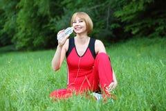 Utomhus- meditation för ung kvinna royaltyfria bilder