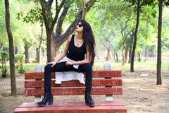 Utomhus- modefoto av den härliga unga kvinnan royaltyfri bild