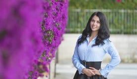Utomhus- modefoto av den härliga unga kvinnan som omges av blommor royaltyfri fotografi