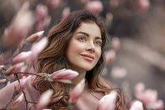 Utomhus- modefoto av den h?rliga unga kvinnan som omges av blommor fj?der f?r blomma f?r dof f?r azaleablomningclose grund upp fotografering för bildbyråer