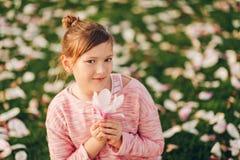 Utomhus- modestående av årig flicka rolig 9-10 Royaltyfri Fotografi