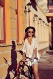 Utomhus- modestående av den attraktiva blonda unga kvinnan på ett v Royaltyfri Fotografi