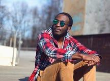 Utomhus- modestående av den stilfulla unga afrikanska mannen Fotografering för Bildbyråer