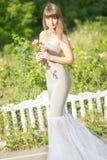 Utomhus- modestående av den unga härliga sinnliga brunetten royaltyfri fotografi