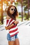 Utomhus- modestående för härlig stilfull flicka Royaltyfri Fotografi