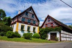 Utomhus- museum Doubrava nära den historiska staden Cheb - folk arkitekturramhus - Tjeckien Arkivfoton