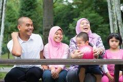 Utomhus- muslimsk familj Royaltyfria Bilder