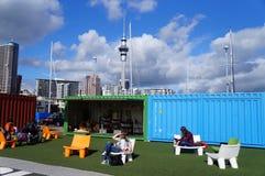 Utomhus- offentlig läs- Auckland stad Royaltyfri Bild
