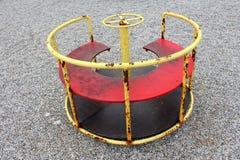Utomhus- offentlig tappning för lekplatsutrustningmetall som ser den använda karusellen arkivfoto