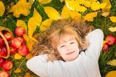 utomhus- park för höstbarn arkivfoton