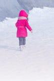 Utomhus- parkerar spela för liten gullig söt flicka i vintersnö Arkivfoton