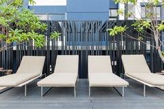 Utomhus placera ordning i avkopplingzon på modern byggnad Fotografering för Bildbyråer