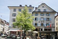 Utomhus- placeringrestaurang på den centrala gatan av Lucerne, Switzer Royaltyfri Bild