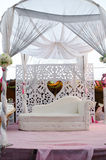 Utomhus- plats för vitt bröllop med en soffa och en himmelssäng Royaltyfria Foton