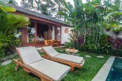 Utomhus- pölområde av den lyxiga Bali villan Royaltyfria Bilder