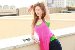 utomhus- posera solig kvinna för härlig dag fotografering för bildbyråer