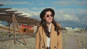 Utomhus- promenad på en strand lager videofilmer