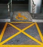 Utomhus- rörelsehindrat parkeringstecken royaltyfri fotografi