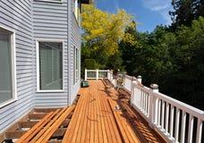 Utomhus- rött träcederträdäck som omdanas med nya golvbräden som installeras nytt fotografering för bildbyråer