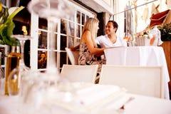 utomhus- restaurang för par Royaltyfri Bild