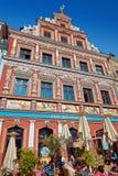 Utomhus- restaurang i historiskt renässanshus i Fischmaren arkivbild