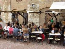 Utomhus- restaurang i San Gimignano Arkivfoton