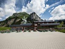 Utomhus- restaurang i schweiziska fjällängar arkivbild