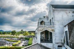Utomhus- restaurang i sommarträdgård Arkivbild