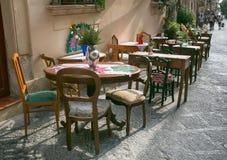 Utomhus- restaurang i trottoaren arkivfoton
