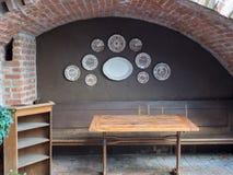 Utomhus- restaurang med plattor som hänger i hörn Royaltyfri Fotografi