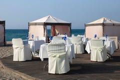 Utomhus- restaurang på den härliga semesterortstranden, Grekland Royaltyfria Bilder